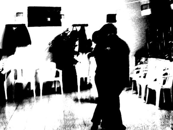 Baile tirando a oscuro entre tanto blanco. Perteneciente a la Serie fotográfica Espasmos de Olmo Z. realizada en fecha desconocida.