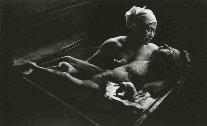Ryoko Uemura baña a su hija Tomoko. Fotografía de Eugene Smith 1971