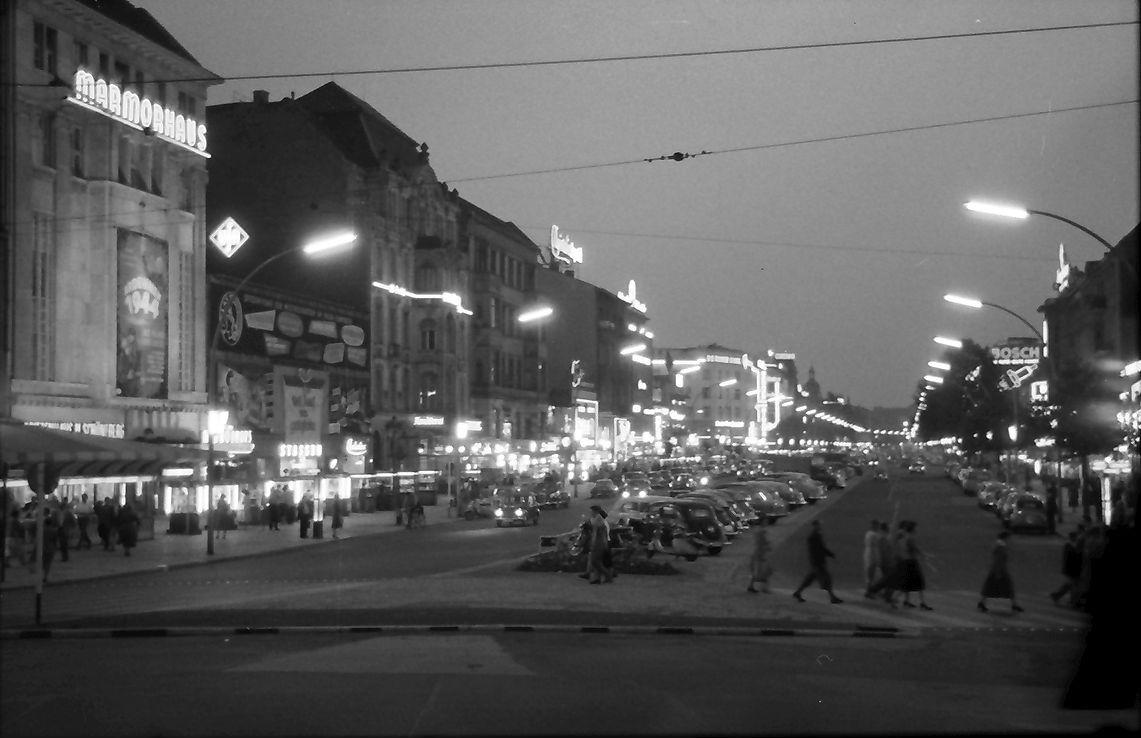 Kurfürstendamm ab dem Breitscheidplatz en Berlin Charlottenburg. Julio 1957
